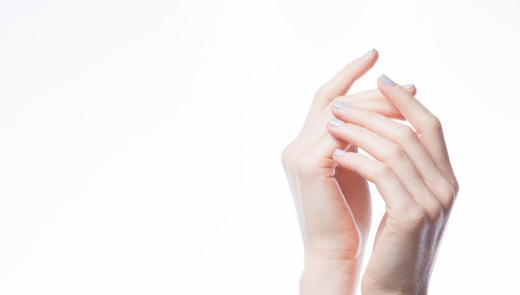 Dowiedz się jak pielęgnować dłonie zimną