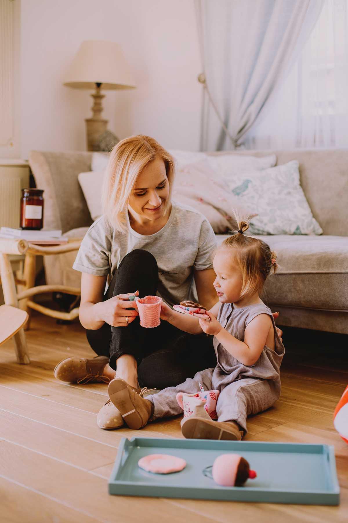 Bogna Bojanowska redaktor naczelna Mint z córką Zoe, tea time