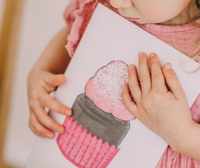 Zabawy kreatywne dla dzieci – muffinki z papieru